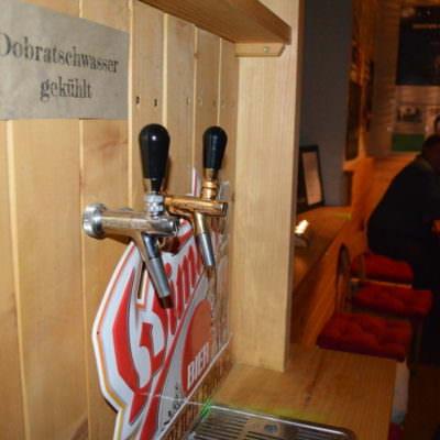 Zwei Zapfhähne für laufende Bierverkostungen mit Spezialbieren ...
