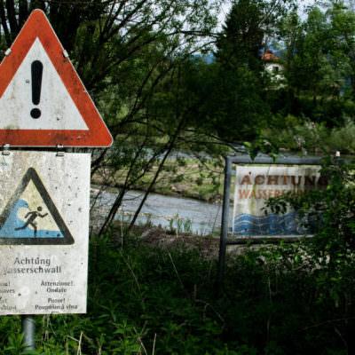 Die Warnschilder sind gesetzlich vorgeschrieben.