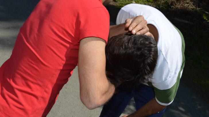 Einem der jungen Männer wurde ins Gesicht geschlagen und in den Finger gebissen