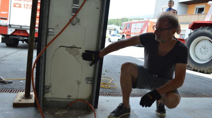 FF-Wernberg Kommandant Gerhard Haas zeigt die Schäden an der Säulen