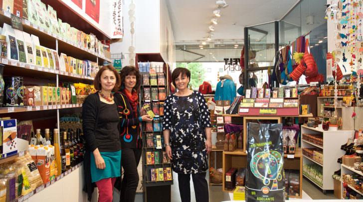 Vizebürgermeisterin Dr.in Petra Oberrauner wurde von Petra Maurer und Hildegard Ronacher (von rechts) im Weltladen über die Fairtrade-Angebote informiert.