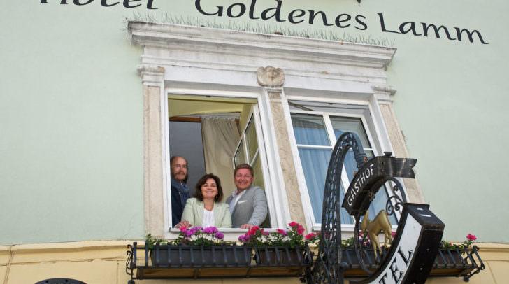 Claudia Boyneburg-Lengsfeld-Spendier und ihr Gatte Götz zeigten Bürgermeister Günther Albel stolz das neugestaltete Hotel im Jahr 2016. Jetzt wird wieder investiert