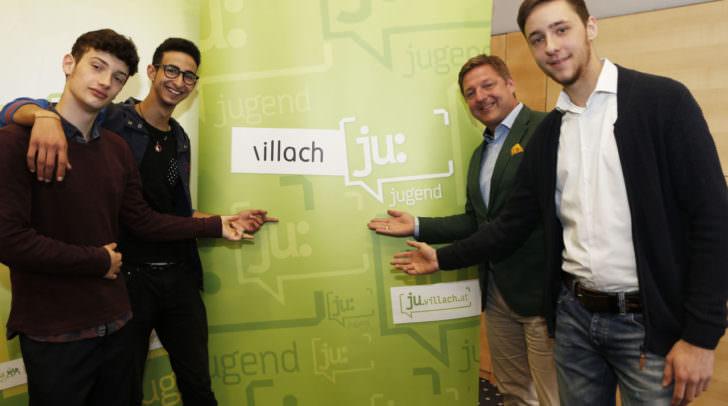 Bürgermeister Günther Albel mit den Jugendräten (von links) Benjamin Hafner, Yasin Torky und Nino de Roja