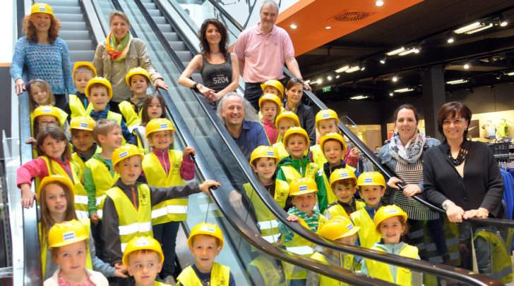 Vizebürgermeisterin Mag.a Dr.in Petra Oberrauner (rechts) mit den begeisterten Kindern, den Kindergartenpädagoginnen sowie dem Filialleiter der Firma Gigasport Günter Messner.
