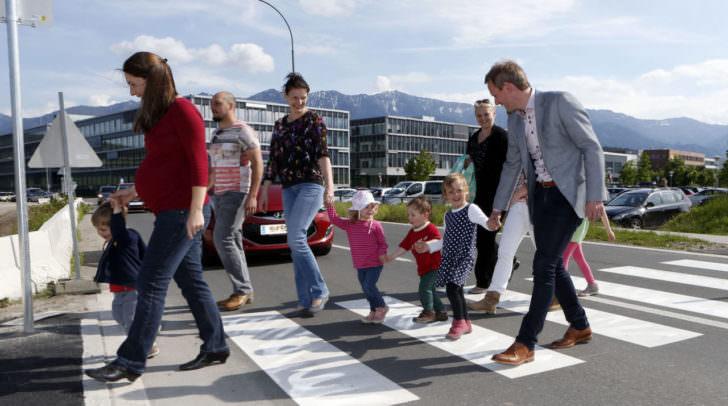 Stadtrat Dipl.-Ing. (FH) Andreas Sucher gemeinsam mit Besucherinnen und Besuchern des Kindergartens in der Siemensstraße.