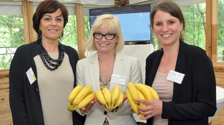 Von links: Vizebürgermeisterin Petra Oberrauner mit den Gründerinnen des Österreichischen Forschungszentrums für Primatologie, Svenja Gaubatz und Lena Pflüger