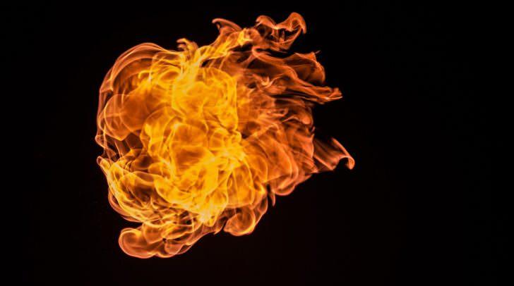 Aus dem brennenden Wachs schoss plötzlich eine Stichflamme und verbrannte den 19-Jährigen.