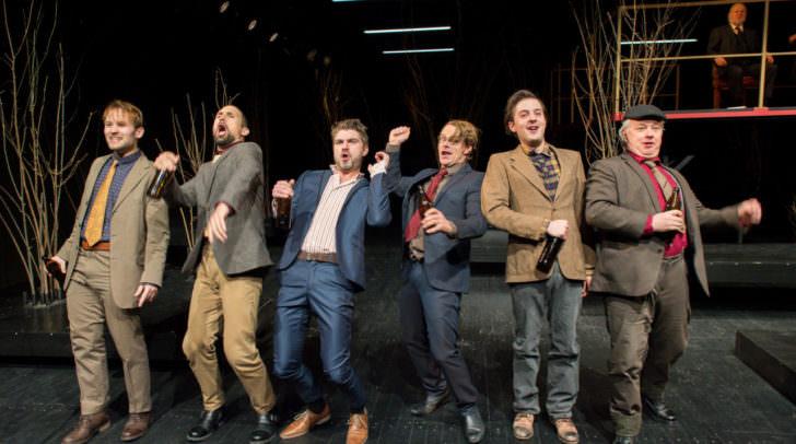 v.l.n.r. Magnus Pflüger (Grimm), Nenad Subat (Schweizer), Martin Brunnemann (Karl), Theo Helm (Roller), Lukas Spinka (Razmann), Antony Connor (Spiegelberg) hinten: Georg Reiter (Maximilian von Moor)