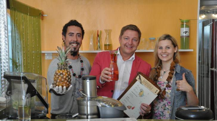 """Bürgermeister Günther Albel probierte gleich ein paar der Köstlichkeiten, die Christiane Mayer und Daniel Sandoval in ihrer """"Papaya-Saftbar"""" in der Postgasse kredenzen."""