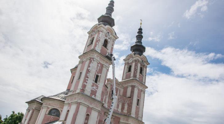 Beim Vorbeifahren sieht man laufend Renovierungsarbeiten an der Kirche