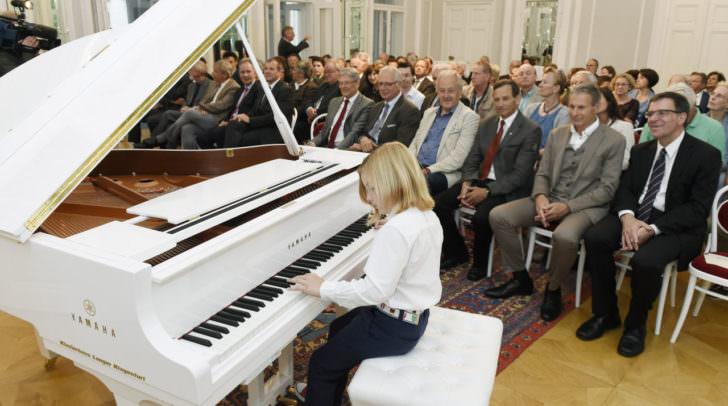 Musikalisch gestaltet wurde der Abend vom 8-jährigen Pianisten Elias Keller