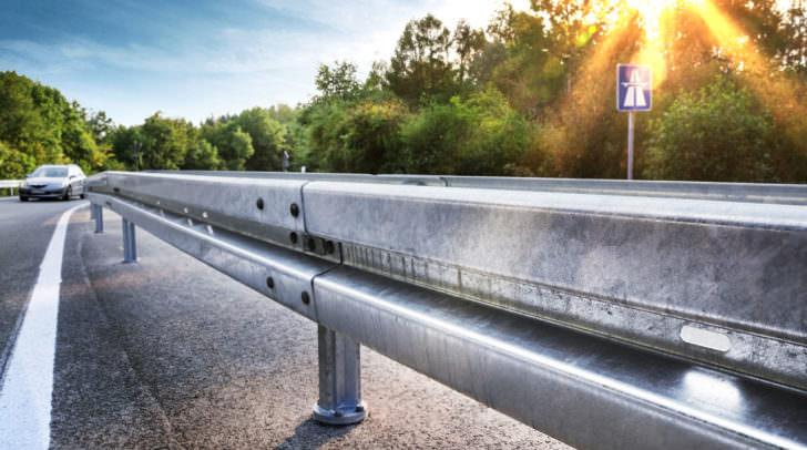 Leitschiene Neue Leitplanke an Autobahnabfahrt  Sicherheit Schutzplanke Leitschiene Strae  Crash Barrier