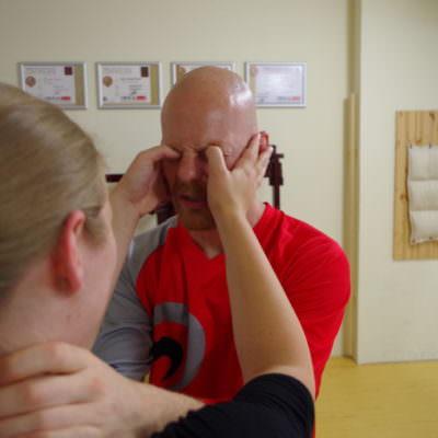 Ein gekonnter Griff in die Augen und der Angreifer erleidet große Schmerzen