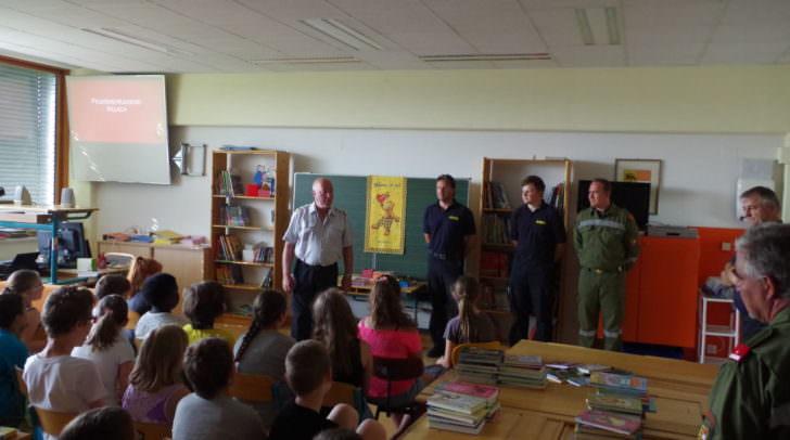 Neben dem Bezirksfeuerwehrkommandant-Stv. sind auch einige Feuerwehrleute der Ortfeuerwache und des Bezirksfeuerwehrkommandos vertreten