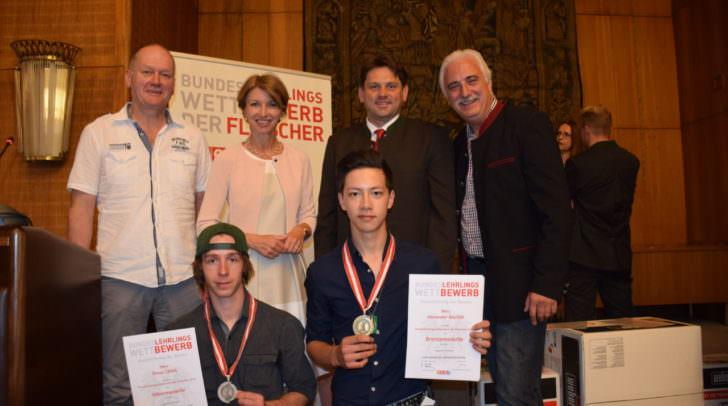 LHStv.in Dr.in Gaby Schaunig beim Bundeslehrlingswettbewerb im Fleischergewerbe in Klagenfurt mit Kärntner Medaillengewinnern Simon Cebul (vorne li) und Alexander Rachoi (vorne re);