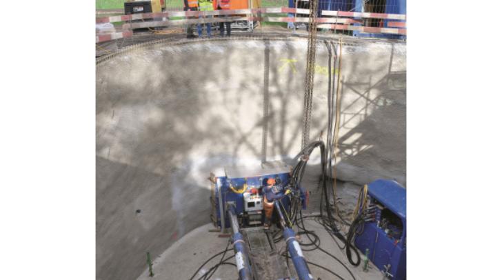 Für die Errichtung des Entlastungskanals werden Rohre unterirdisch vorgepresst