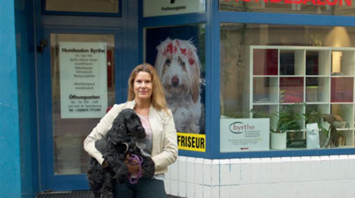 Byrthe Oktavia Himpe kümmert sich mit Hingabe um ihre vierbeinigen Kunden.