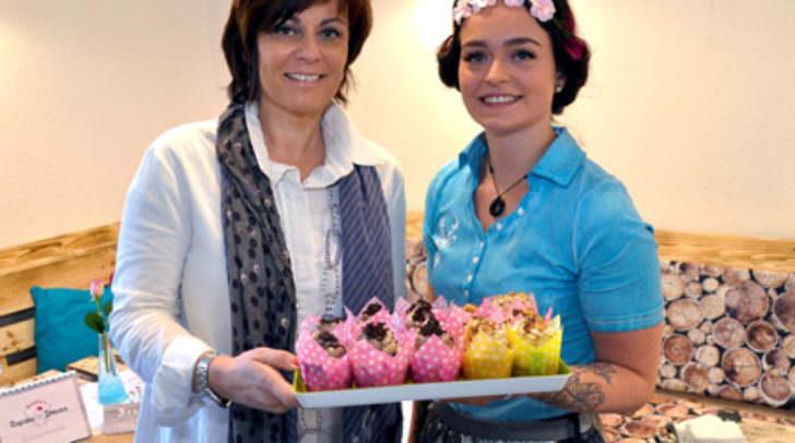 Vizebürgermeistern Dr.in Petra Oberrauner gratuliert Jungunternehmerin Sabrina Kohlweiss zum neuen Geschäft.