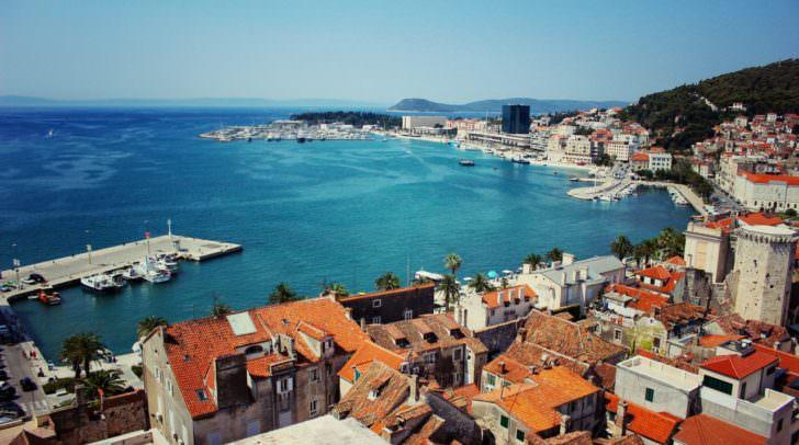 Split in Kroatien – hier lässt sich nicht nur der Strand genießen sondern die Gassen und Fassaden laden zum romantischen Flanieren ein