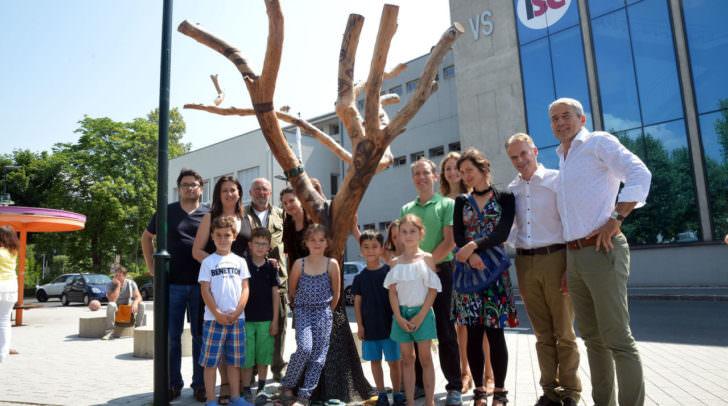 Schüler fertigten mit Künstlerin einen Kunstbaum am Parkplatz vor der Schule
