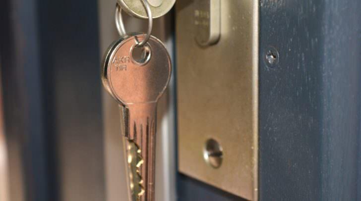Wegen einer verschlossenen Tür wurde ein Schlüsseldienst engagiert - die Rechnung viel jedoch viel höher aus als zuvor vereinbart.