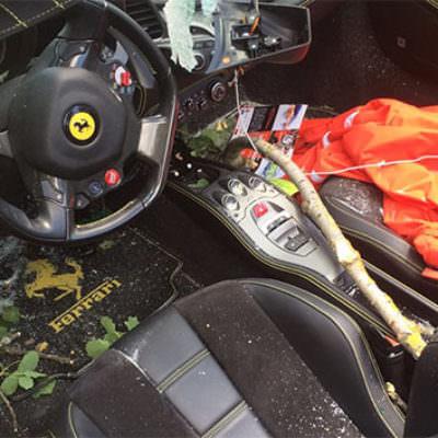Auch im Inneren des Sportwagens kann man die Spuren der Verwüstung noch entdecken