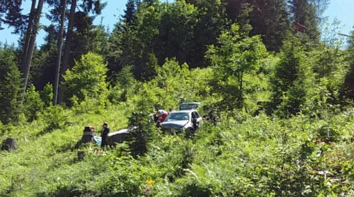Auf einer Seehöhe von ca. 1.365 Metern kam der Lenker mit seinem Fahrzeug rechts von der Fahrbahn ab und stürzte ca. 30 Meter in steiles, unwegsames Gelände ab.