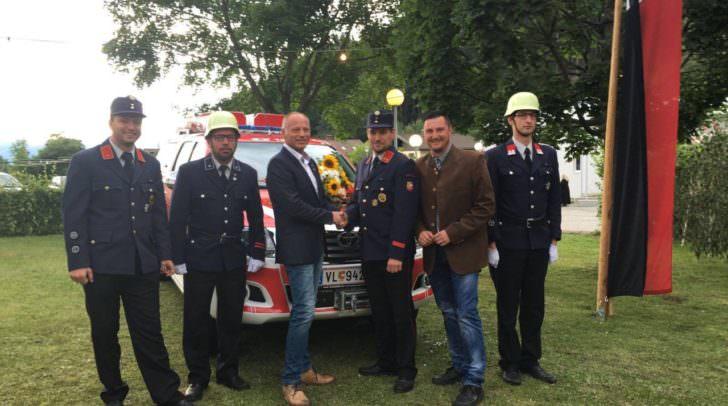 Gemeinderat Puschan Christian und Oschounig Christian gratulierten der FF Latschach unter dem Kommando von Jürgen Nessmann zu ihrem neuen Einsatzfahrzeug.