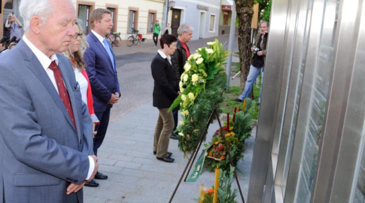 Bürgermeister Günther Albel (Mitte) und Mag. Hans Haider, Obmann des Vereines Erinnern, vor dem Denkmal der Namen.