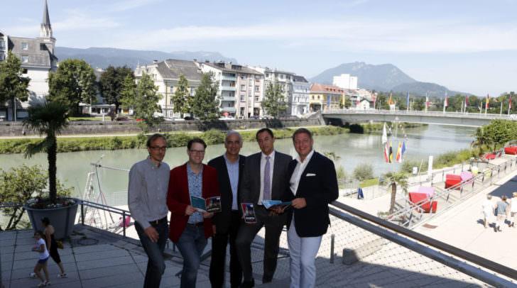 Der Gunstraum Drau bietet eine sensationelle Bühne für einzigartige  Kunstprojekte. Von rechts: Bürgermeister Günther Albel, René Sulzberger  (Vorsitzender des Tourismusverbandes Villach), Georg Overs (Geschäftsführer  der Tourismusregion), Marc Germeshausen (unikART) und Mag. Fritz Hock  (Kinosommer).