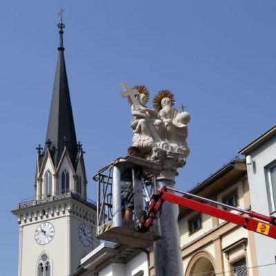 Montage der renovierten Skulpturen bei der Pestsäule