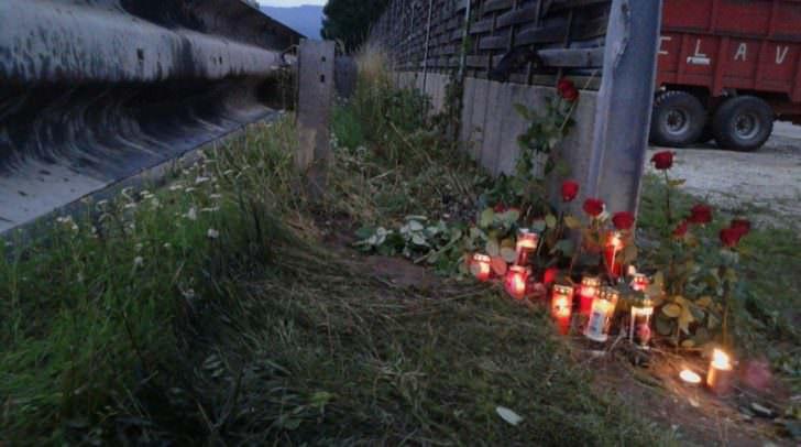 Blumen, Kerzen an der Unfallstelle