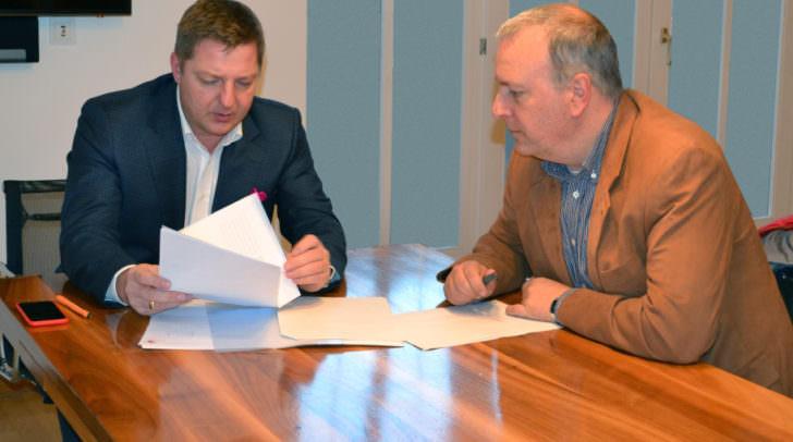 Bürgermeister Günther Albel im Gespräch mit Stadtpolizeikommandanten Erich Londer.