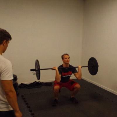 Der Trainer hat immer ein Auge auf die Übungen der Teilnehmer