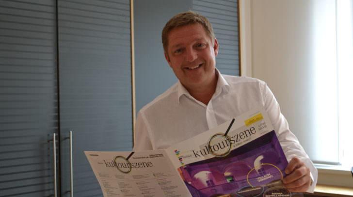 "Bürgermeister Günther Albel präsentiert das neue Informationsmedium ""kultourszene & Villach verein(t)""."