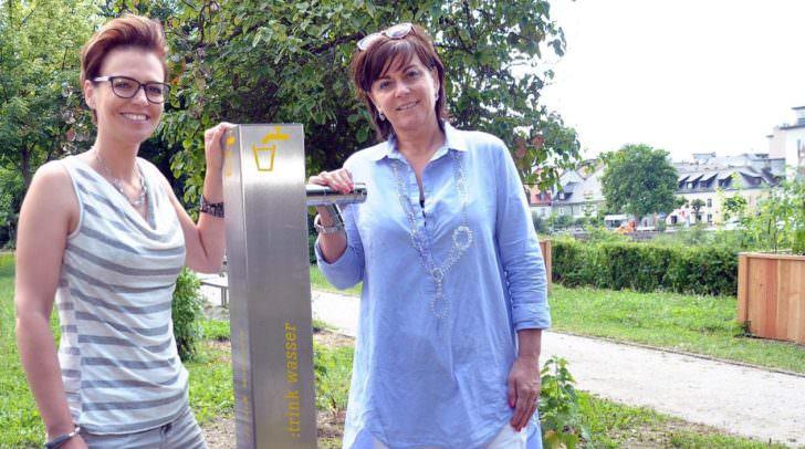 Vizebürgermeisterin Mag.a Dr.in Petra Oberrauner (rechts) und Stadträtin Katharina Spanring beim Trinkwasserbrunnen auf dem Areal von Urban Gardening