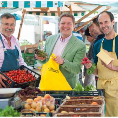 Bürgermeister Günther Albel (Mitte, hier mit Ing. Christian Mayerbrugger und Luciano Romanelli) ist überzeugter Marktkunde (Stadt Villach / Hipp)
