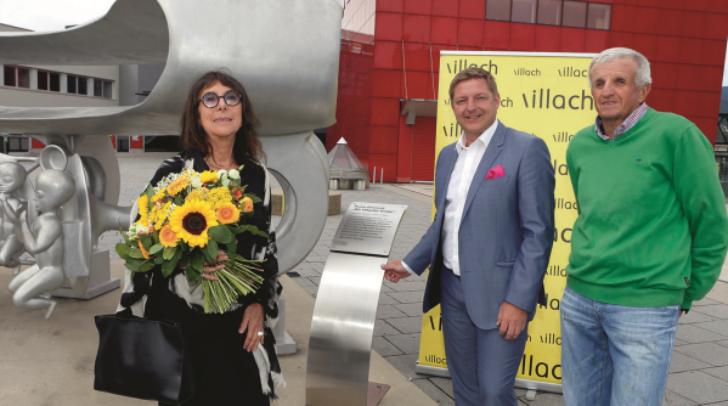 Von links: Mag.a Christine Gironcoli, Bürgermeister Günther Albel und Wolfgang Gabriel vor der Gironcoli-Skulptur 'Wir VillacherKinder'.