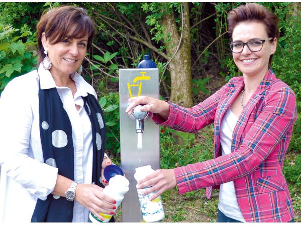 Vizebürgermeisterin Dr.in Petra Oberrauner und Stadträtin Katharina Spanring beim neuenTrinkwasserbrunnen am Drauradweg.