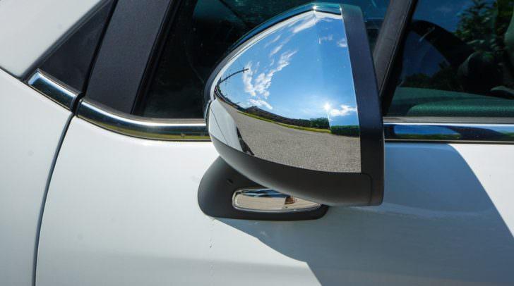 Die Außenspiegelgläser und die dazugehörige Elektrik wurden fachgerecht aus den Gehäusen gestohlen.
