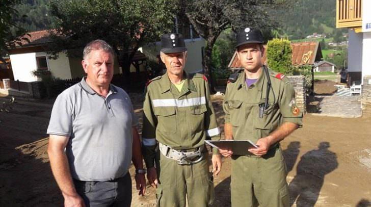 Bürgermeister Max Linder mit Josef Ortner und Roman Linder von der Feuerwehr