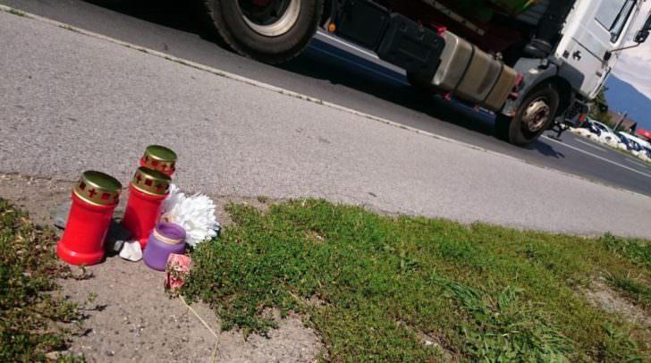 An der Unfallstelle wurden Kerzen und Blumen hinterlegt.
