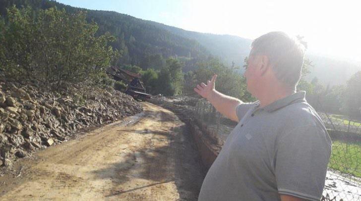 Bürgermeister Max Linder blickt auf die Spuren der Verwüstung des gestrigen Tages