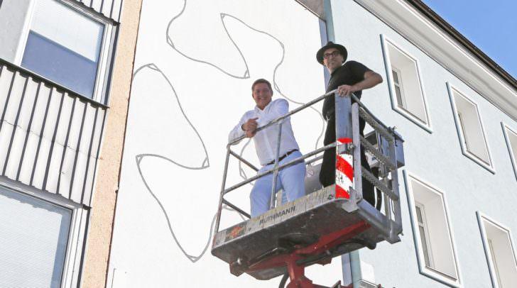 Bürgermeister Günther Albel und Kurt Hofstetter vor der neuen, künstlerisch gestalteten Fassade der Galerie Freihausgasse