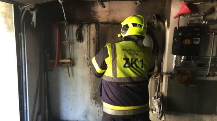 Der Brand ist gelöscht und die Garage wird in Augenschein genommen