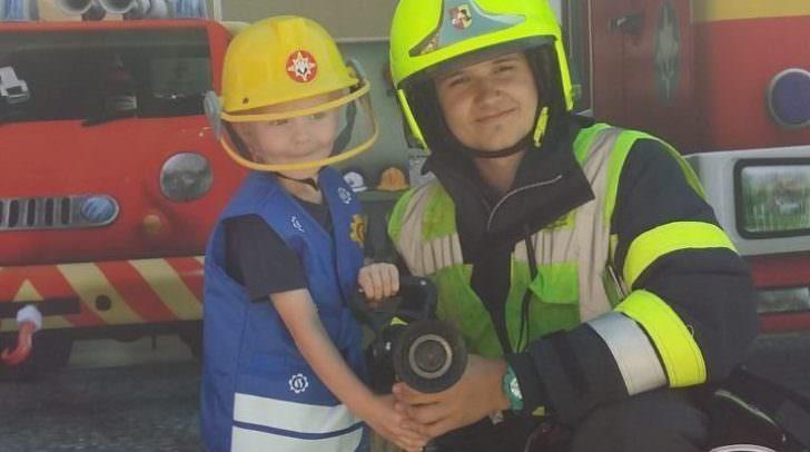 Feuerwehrmänner bringen den Kindern ihren Beruf näher