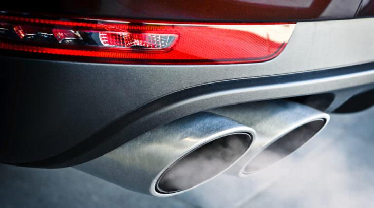 auspuff auto abgase feinstaub Close up of a car dual exhaust pipe