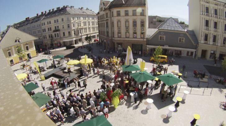 Der Platz kurz vor der Enthüllung von Hans Gasser.