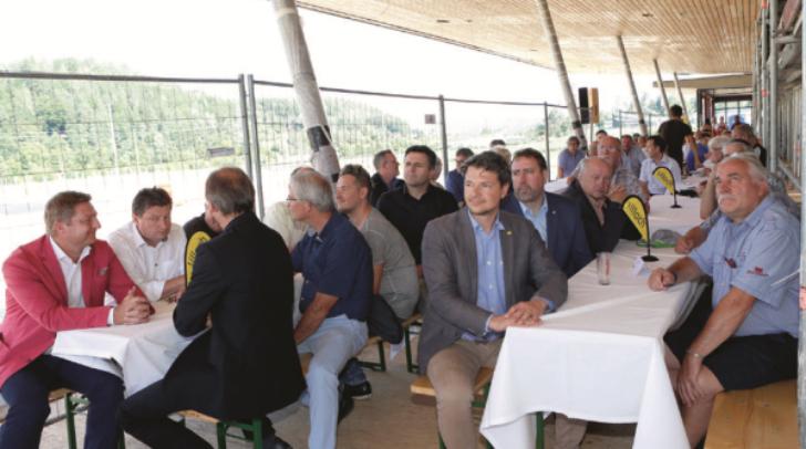 Entscheidungsträger und Professionisten machten sich im Rahmen der Feier ein Bild vom Baufortschritt.