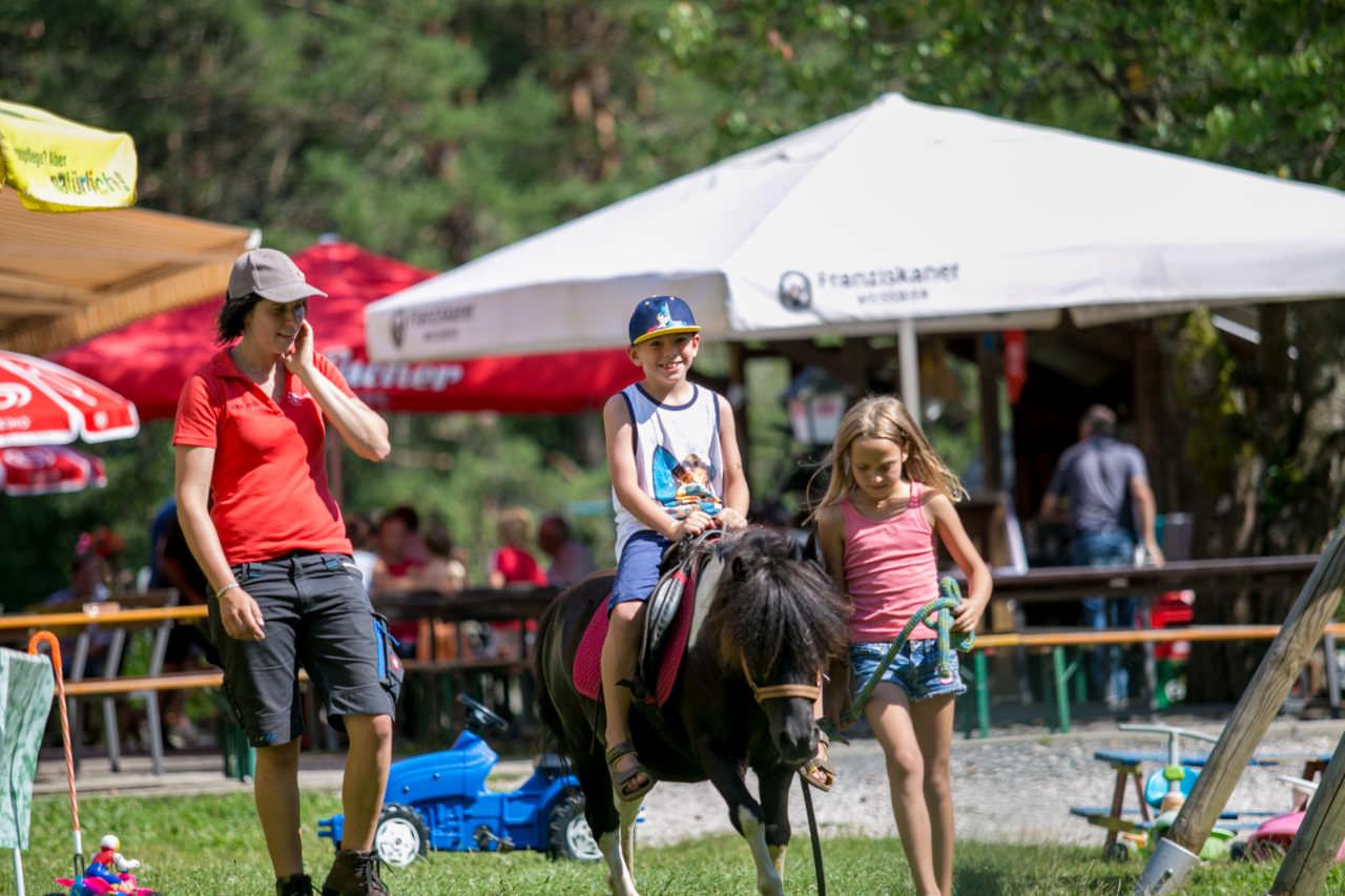 Das Ponyreiten war unter anderem ein Highlight am Kinderfest.